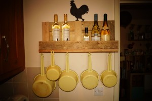 Saucepan rack made from a pallet